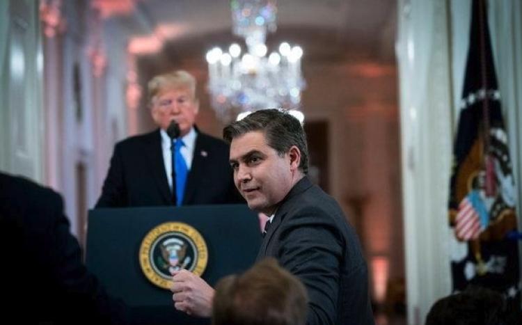 Juez ordena a la Casa Blanca a regresar el pase de prensa a Reportero de CNN.