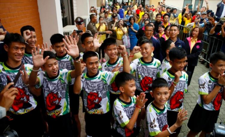 Niños atrapados en cueva de Tailandia son dados de alta