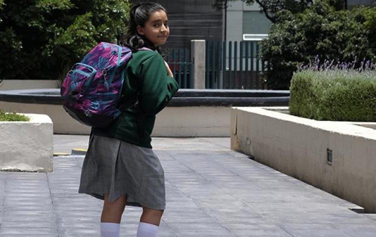 Exceso de peso en mochilas provoca daño en niños: IMSS