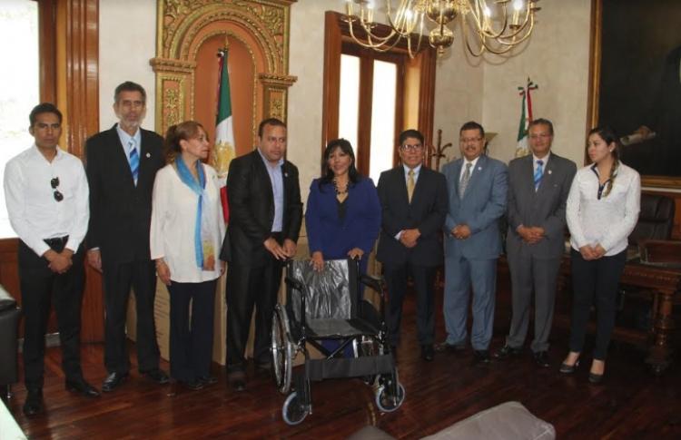 Recibe Anabell Ávalos donación de 10 sillas de ruedas