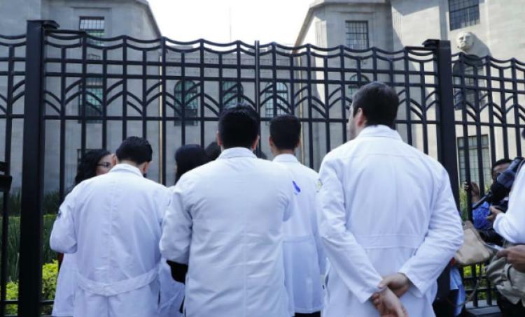 """Médicos residentes solo """"levantarán"""" protestas si todos reciben quincenas atrasadas"""