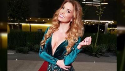 Andrea Escalona pierde apuesta y camina en diminuto traje de baño por Reforma.
