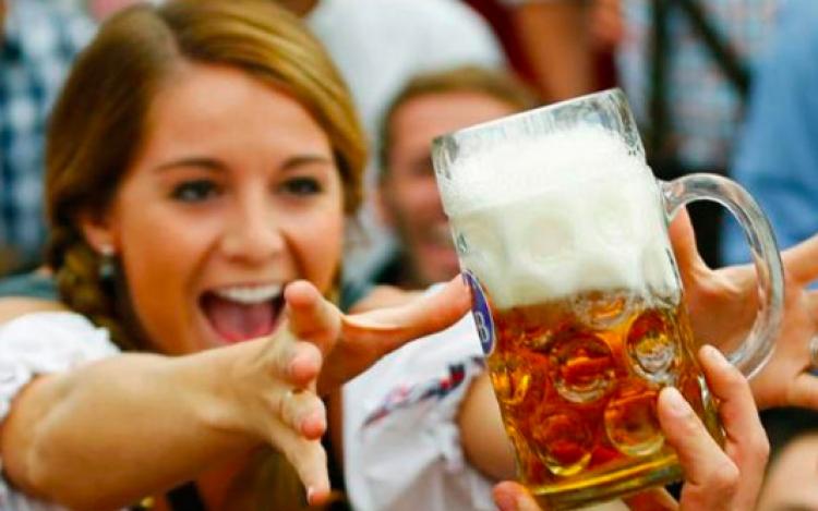 Estudio revela que las mujeres que beben cerveza son las más fieles