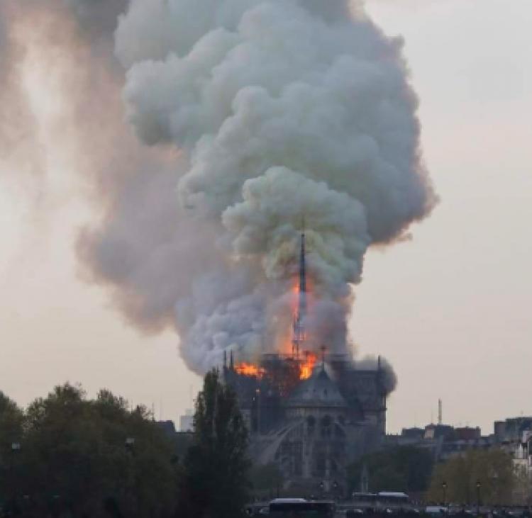 #Actualización Incendio en Catedral Notre Dame; colapsa aguja central
