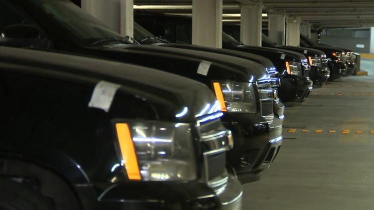Vehículos oficiales arriban a Santa Lucía para subasta