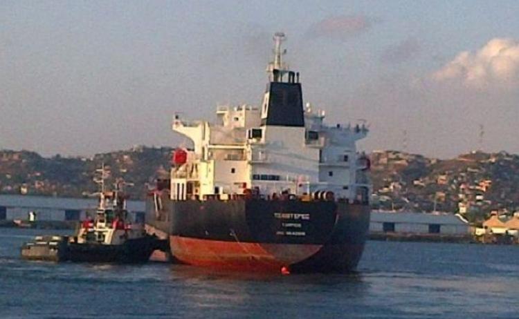 Buques de gasolina estan detenidos en puertos, a la espera de desembarcar.