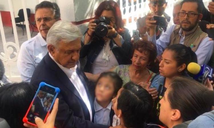 A oficinas de transición de AMLO acude ciudadanía con peticiones
