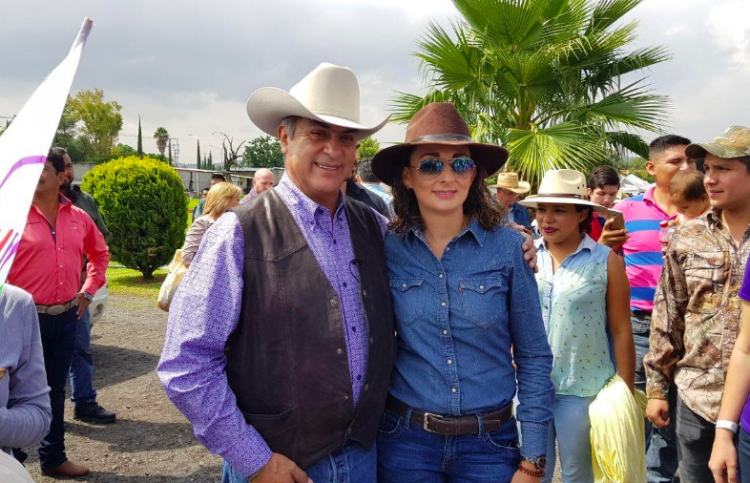 """""""El Bronco"""" realiza cabalgata en Querétaro"""