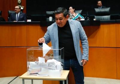 Salgado Macedonio juega al avioncito y barquito en plena votación de la SCJN