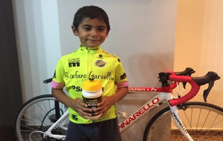 Ciclista George Bennett regala su botella de agua a niño de seis años