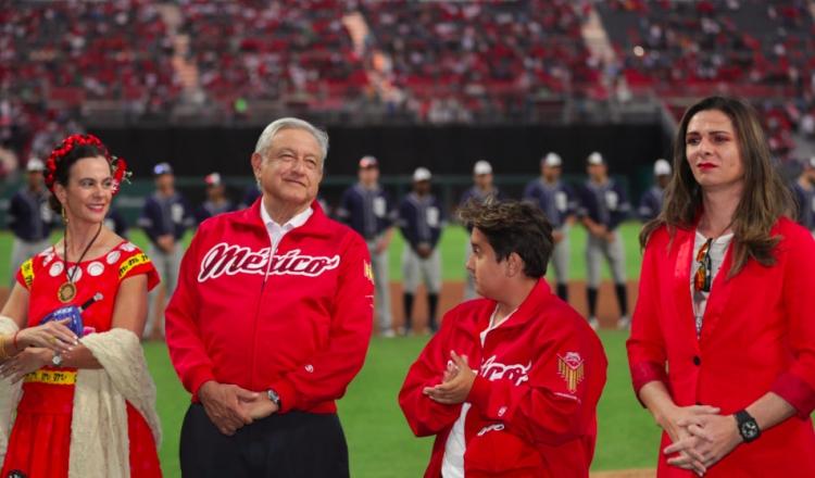 """López Obrador acusa a """"porra del equipo fifí"""" por los abucheos en inauguración de estadio"""