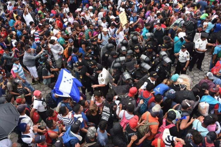 Migrantes hondureños irrumpen en Chiapas Rompiendo cerco de frontera.