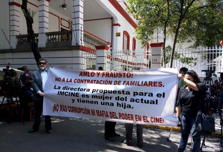 Cineastas se manifiestan afuera de la casa de transición de AMLO