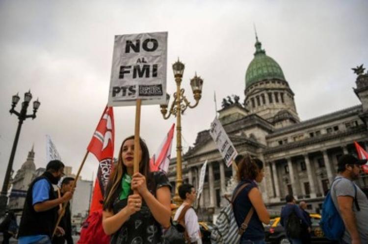 Argentina esta en crisis y decaerá mas de no tratarse: Analistas