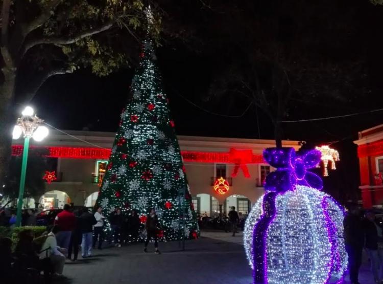 Iluminan con adornos navideños las calles de Tlaxcala