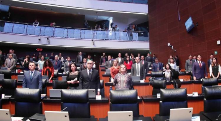 Senadores guardan un minuto de silencio por las víctimas de ataques terroristas