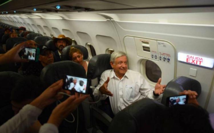 Aeromoza se queja de que AMLO viaje en vuelos comerciales, pues entorpece su trabajo